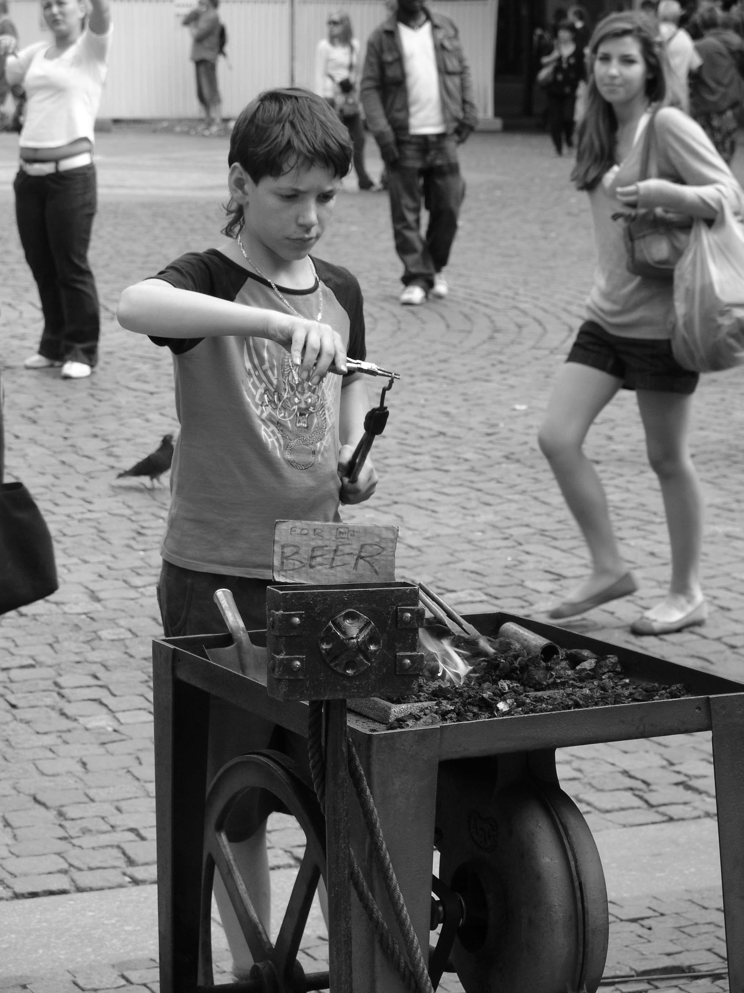 DSC02196-1 Prag Boy working wensel street